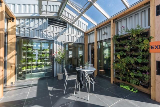 Bên cạnh mục đích nuôi trồng nông sản, khoảng sân vườn nhà kính sẽ có một hệ thống riêng để lưu giữ và phân tán khí ấm cho cả ngôi nhà trong mùa lạnh