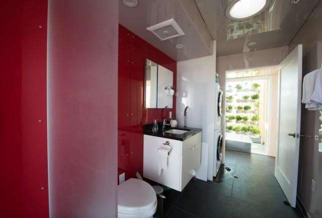 Ngôi nhà còn có cả một nhà vệ sinh, được trang bị toilet không dùng nước...