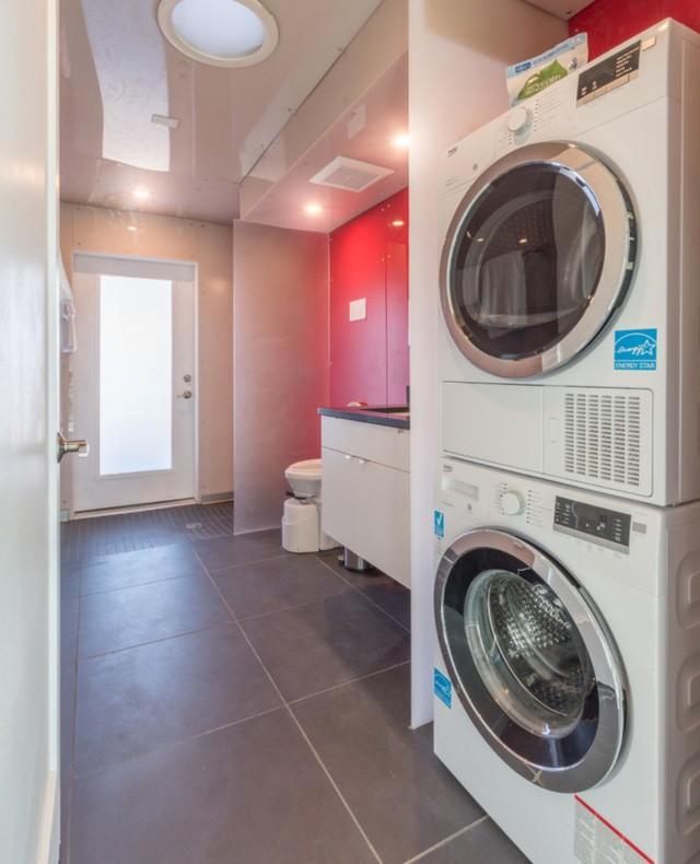...và một hệ thống máy giặt mà và máy sấy chạy bằng năng lượng mặt trời