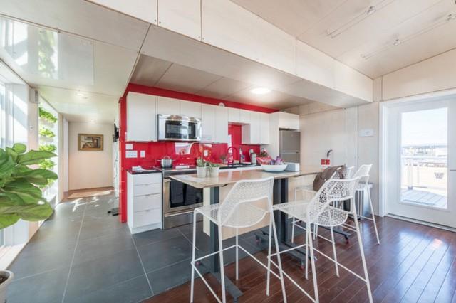 Nhà bếp có tính năng khử mùi thức phẩm, trong đó có một lò nướng, tất nhiên là cũng chạy bằng năng lượng mặt trời nốt rồi