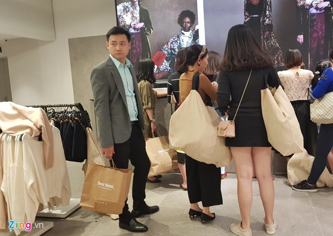 Zara, H&M: Thoi trang binh dan cua the gioi nhung dat do o Viet Nam hinh anh 1