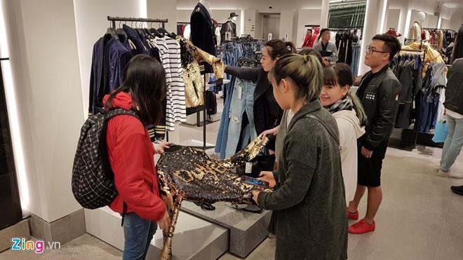 Zara, H&M: Thoi trang binh dan cua the gioi nhung dat do o Viet Nam hinh anh 2