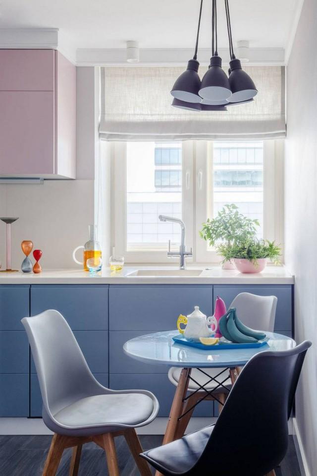 Khu bếp và bàn ăn tuyệt đẹp được bố trí tách biệt với khu vực tiếp khách. Mặc dù căn hộ có diện tích khá khiêm tốn nhưng nhờ lựa chọn lựa các nội thất và tạo các khu vực chức năng hợp lý nên vẫn đáp ứng khá đầy đủ nhu cầu sử dụng.