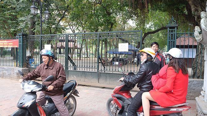 Đóng cửa bãi xe Văn Miếu, du khách chịu cảnh 'chặt chém' để vào di tích - ảnh 5