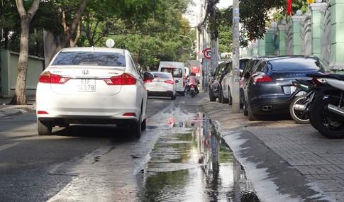 Vỉa hè bị tái chiếm bát nháo: Ô tô bít lối người Sài Gòn - ảnh 11