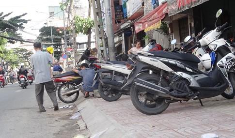 Vỉa hè bị tái chiếm bát nháo: Ô tô bít lối người Sài Gòn - ảnh 10
