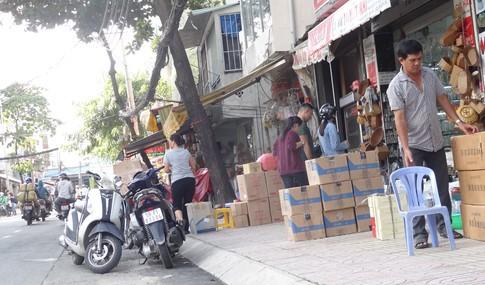 Vỉa hè bị tái chiếm bát nháo: Ô tô bít lối người Sài Gòn - ảnh 4