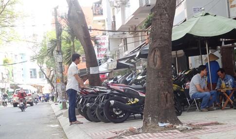 Vỉa hè bị tái chiếm bát nháo: Ô tô bít lối người Sài Gòn - ảnh 9