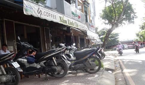 Vỉa hè bị tái chiếm bát nháo: Ô tô bít lối người Sài Gòn - ảnh 8