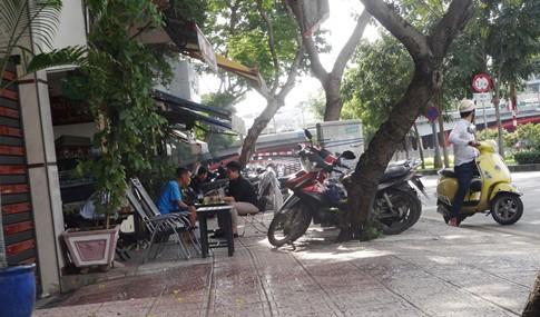 Vỉa hè bị tái chiếm bát nháo: Ô tô bít lối người Sài Gòn - ảnh 2