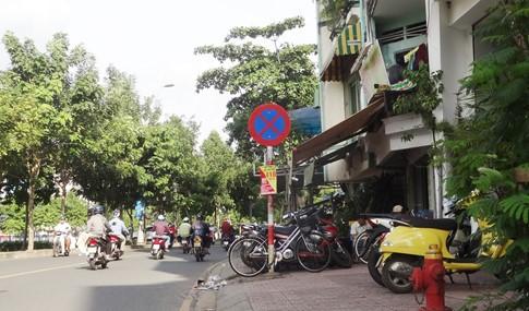 Vỉa hè bị tái chiếm bát nháo: Ô tô bít lối người Sài Gòn - ảnh 7