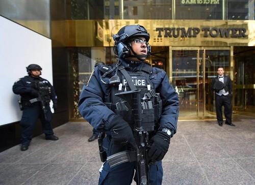 Lực lượng an ninh bảo vệ Tháp Trump ở New York. Ảnh: Reuters.