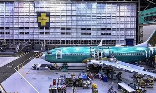 Những cỗ máy công nghệ cao gắn cánh máy bay vào với thân. Ảnh: Boeing.
