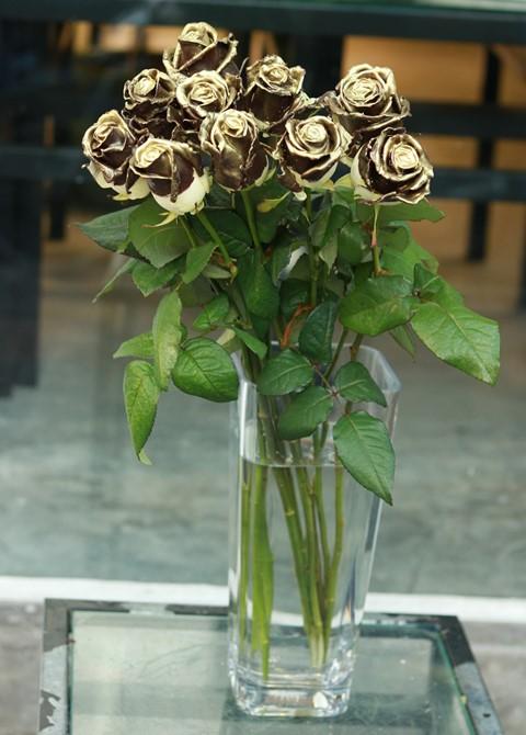 Một cành hồng cho ngày 8.3, giá chênh nhau đến 40 lần - ảnh 1