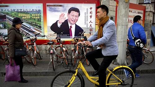 Áp-phích hình ông Tập Cận Bình trên đường phố Bắc Kinh trong thời gian diễn ra kỳ họp thứ nhất quốc hội Trung Quốc khóa 13 từ ngày 5-20/3. Ảnh: AP.