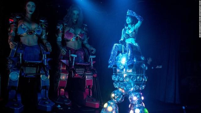 Các vũ công robot thực hiện màn kịch chiến tranh giả.