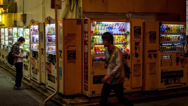 Máy bán hàng tự động của Nhật chắc chắn là duy nhất vì nó bán tất cả mọi thứ từ pin đến mồi câu cá