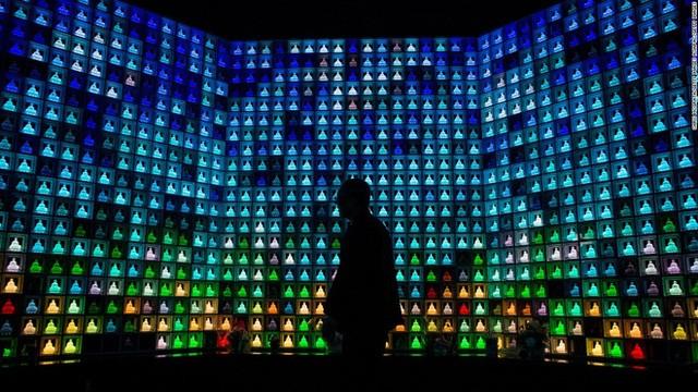 Một tòa nhà chôn cất ở trung tâm thành phố Tokyo có hơn 2000 bức tượng Phật bằng thủy tinh có gắn đèn neon.