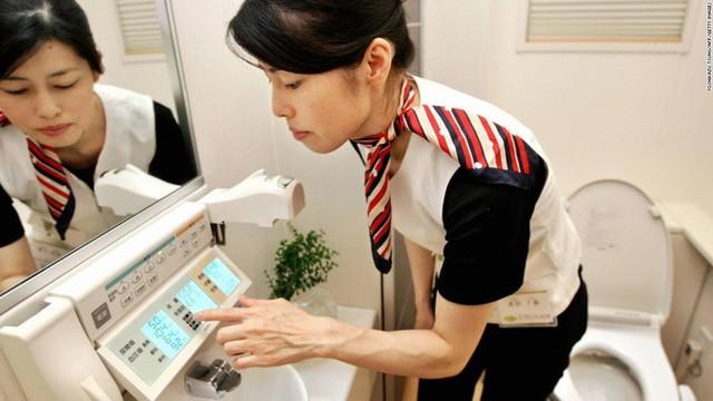 Nhà vệ sinh công nghệ cao ở Nhật Bản có thể kiểm tra huyết áp, nước tiểu, protein, cân nặng và mỡ cơ thể.