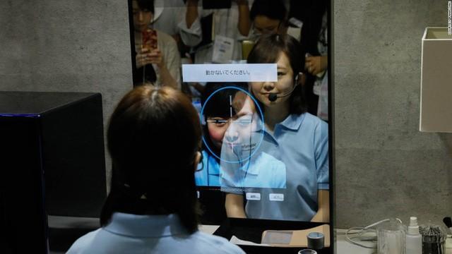 Thiết bị thông minh của Panasonic này cũng cho phép bạn thử một loạt các kiểu trang điểm thậm chí cả ria mép qua gương.