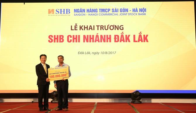 Ông Y Dec H'Dơk, Chủ tịch UBMTTQ Việt Nam tỉnh Đắk Lắk nhận món quà từ đại diện ngân hàng SHB - Ông Đỗ Quang Hiển, Chủ tịch HĐQT.