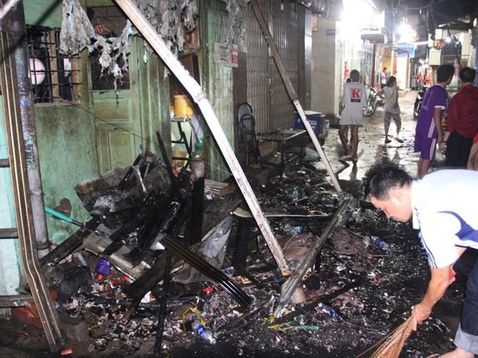 Cháy nhà ở trung tâm quận 1, du khách hoảng hốt bỏ chạy - ảnh 3