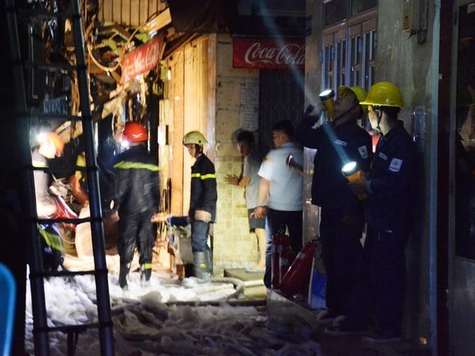 Cháy nhà ở trung tâm quận 1, du khách hoảng hốt bỏ chạy - ảnh 1