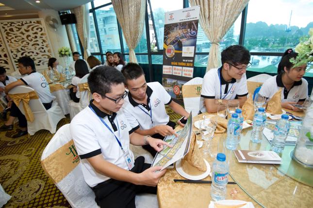 Khách tham gia lễ kí kết hào hứng tìm hiểu các thông tin dự án Mon Bay