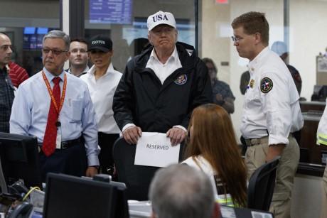 Tong thong Trump thi sat khu vuc chiu hau qua sieu bao Harvey - Anh 10
