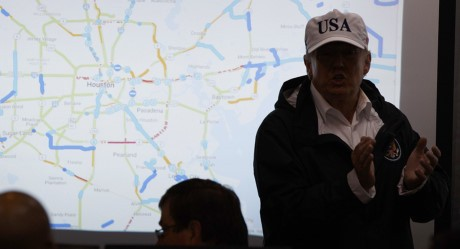 Tong thong Trump thi sat khu vuc chiu hau qua sieu bao Harvey - Anh 11