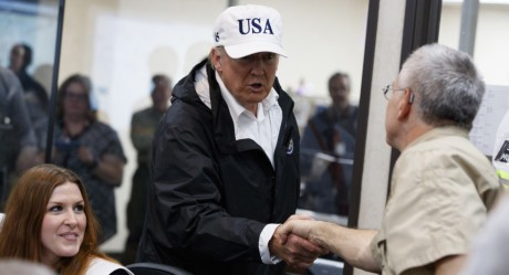 Tong thong Trump thi sat khu vuc chiu hau qua sieu bao Harvey - Anh 12