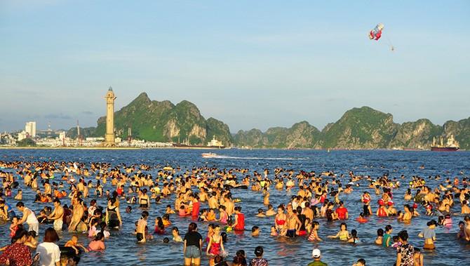 Bãi biển Hạ Long ken đặc người đi tắm