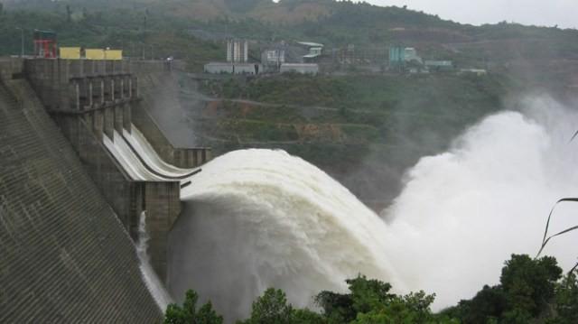 Nahf máy thủy điện Hòa Bình mở cửa xả đáy do mưa nhiều, nước về nhiều