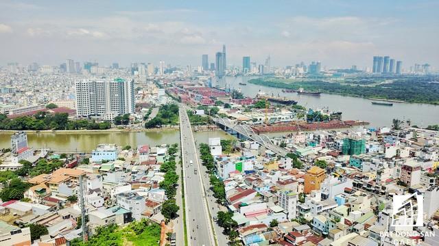 Sau khi qua khỏi cầu Tân Thuận 2 là đến ngay khu đất vàng rộng lớn này