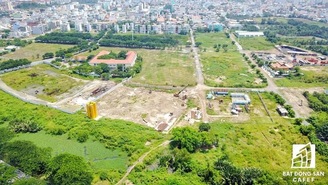 Đến thời điểm hiện tại, chỉ có hạng mục trường tiểu học là được xây dựng hoàn hiện, còn lại phần lớn đất đai là ao tù nước đọng rất hôi thối