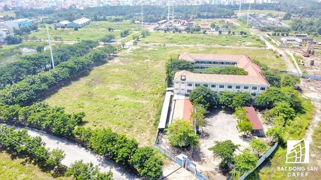 Trường tiểu học nằm trơ trọi giữa một khu vực đất rộng lớn đang bị bỏ hoang ngay trung tâm khu đô thị Phú Mỹ Hưng