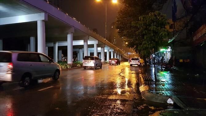 Đoạn dưới chân cầu vượt Điện Biên Phủ - Nguyễn Hữu Cảnh - nơi trước đây thường xuyên ngập sâu giờ khô ráo dù trước đó cơn mưa lớn trút xuống xối xả. Ảnh: Trường Sơn