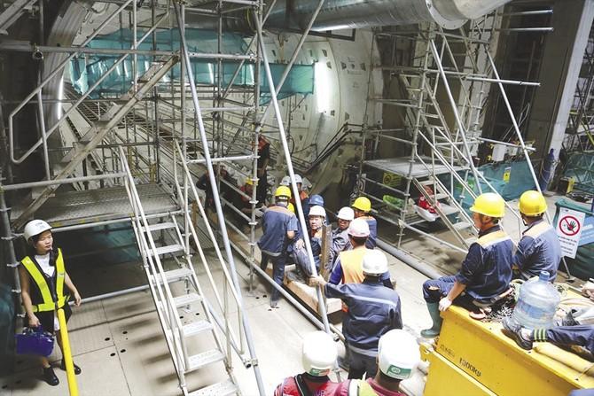 Công nhân thi công đường hầm metro nối ga Ba Son và ga Nhà hát TP.