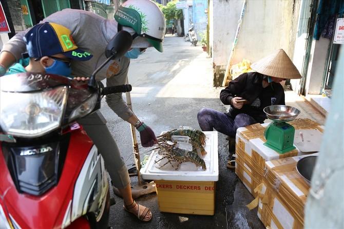 Một số người dân biết hoàn cảnh của gia đình chị Ngân nên ra mua tôm hùm, cá chim trắng để ủng hộ- ảnh: K' LIỆP