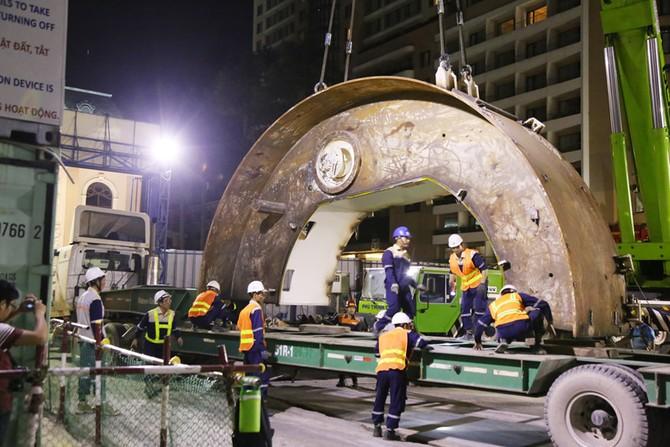Cận cảnh Robot 'khủng' khoan hầm Metro tháo rời chuyển về ga Ba Son như thế nào? - ảnh 1