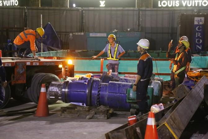 Cận cảnh Robot 'khủng' khoan hầm Metro tháo rời chuyển về ga Ba Son như thế nào? - ảnh 11