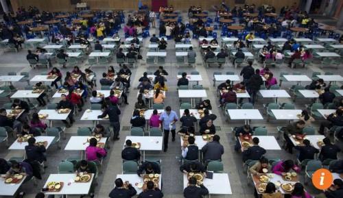 Công nhân ăn trưa tại một nhà máy của Foxconn. Ảnh: Reuters