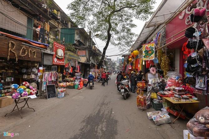 Con đường Tôn Thất Tùng vốn là nơi nhộn nhịp hoa, quà tặng ngày Valentine cho tới hôm nay cũng vắng vẻ. Ảnh: Zing