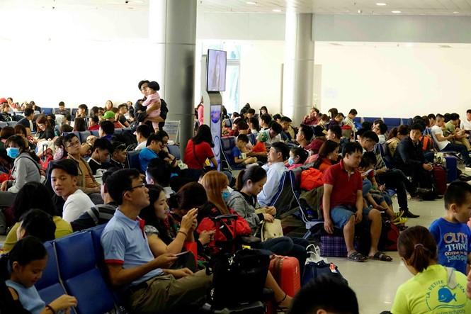 Trên trăm ngàn hành khách/ngày từ sân bay Tân Sơn Nhất về quê ăn Tết - ảnh 3