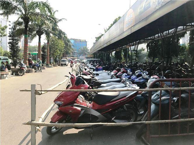 'Chặt chém' người gửi xe máy dịp Tết quanh bến xe ở Sài Gòn - ảnh 1