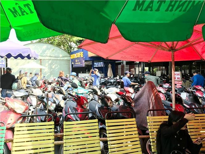 'Chặt chém' người gửi xe máy dịp Tết quanh bến xe ở Sài Gòn - ảnh 2