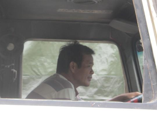Một lái xe chở dưa hấu từ huyện An Nhơn, Bình Định đang rất lo lắng khi đã phải chờ đợi 5 ngày nhưng chưa xuất được hàng qua Trung Quốc trong khi dưa nhiều trái đã ủng và chảy nước.