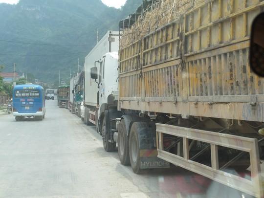 Hàng trăm xe dưa hấu, thanh long ùn tắc ở cửa khẩu Tân Thanh