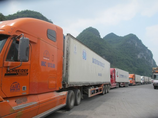 Hàng trăm xe contener và xe tải chở hàng nông sản bị ùn tắc kéo dài suốt 4km từ cửa khẩu Tân Thanh đến ngã ba Pắc Luống ở QL4A.
