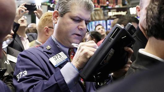 Giới đầu tư ngóng diễn biến giá dầu, USD, chứng khoán Mỹ giảm điểm